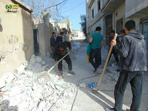 إزالة آثار الغارات والقصف على قرية تيرمعلة من قبل شباب القرية