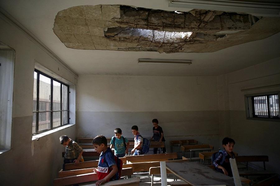التلاميذ يعودون إلى صفوفهم المدمر جزئيا في دوما