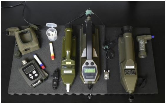 مجموعة أدوات مفتشي منظمة حظر الأسلحة الكيميائية وتشمل أجهزة استشعار كيميائية وجهاز كشف اللهب الضوئي ومطياف أيوني
