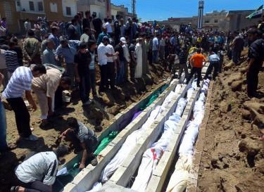 أهالي الحولة يدفنون ضحايا مجزرة تلدو التي وقعت يوم 25 أيار 2012