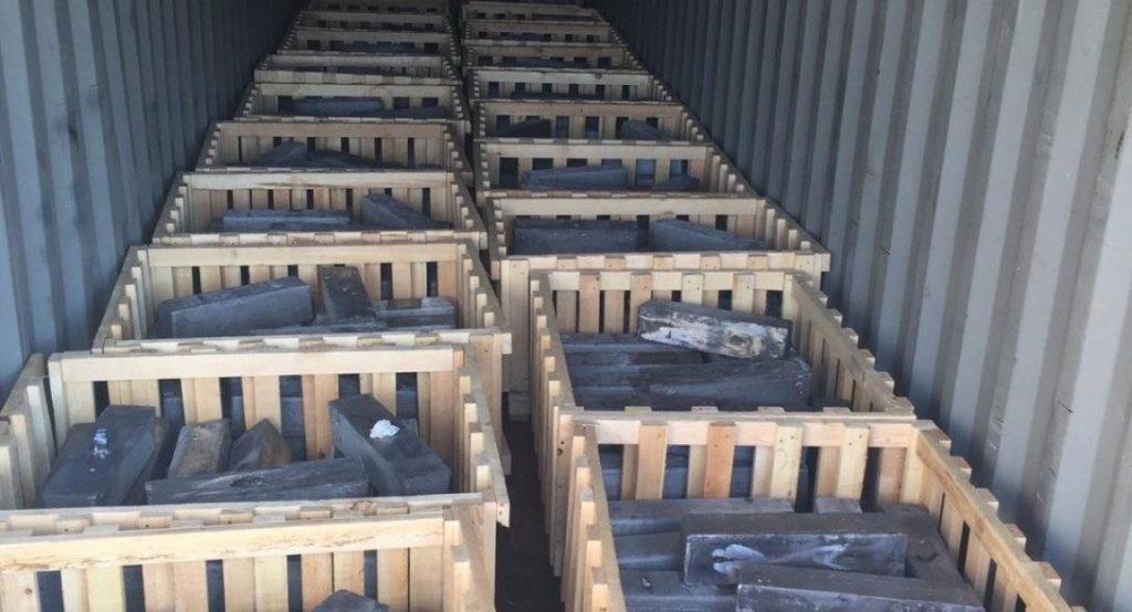 أحد المستوعبات المضبوطة في ميناء بيرايوس اليوناني