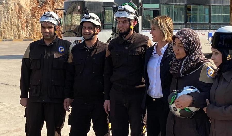السفيرة الأمريكية كيلي كرافت مع متطوعي الدفاع المدني السوري على الحدود السورية التركية - 3 آذار 2020