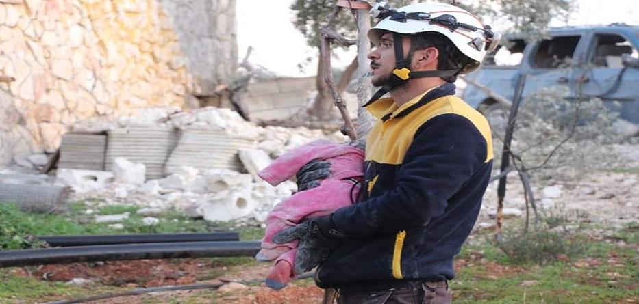 متطوع في الدفاع المدني السوري يحمل طفلة قتلت جراء غارة روسية على بلدة معرة مصرين - 5 آذار 2020