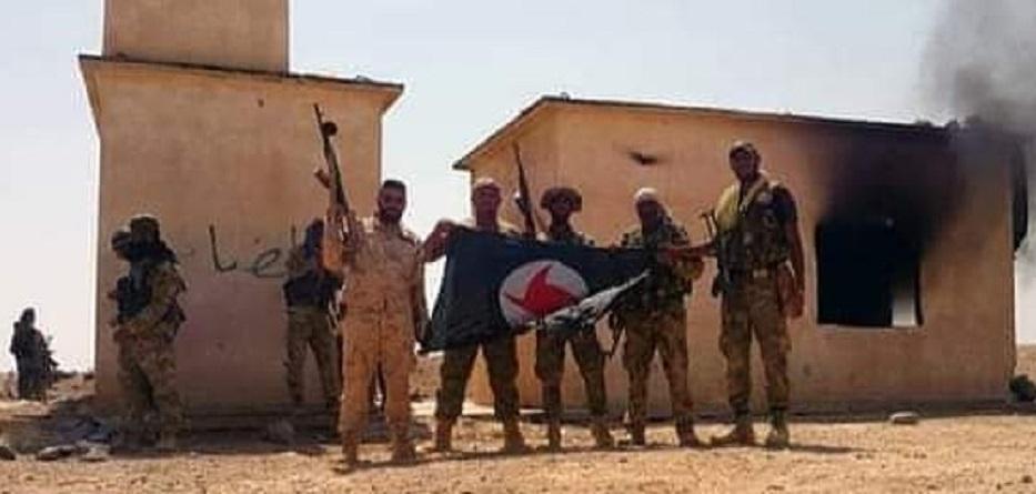مقاتلو الحزب الاجتماعي القومي السوري في إحدى قرى إدلب بعد تعفيشها وحرقها - 3 آذار 2020