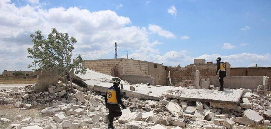 متطوعو الدفاع المدني السوري يتفقدون منزلا تعرض لقصف جوي روسي في ريف إدلب - آذار 2020